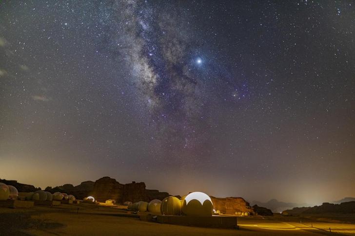 هتل حبابی وادی روم در شب